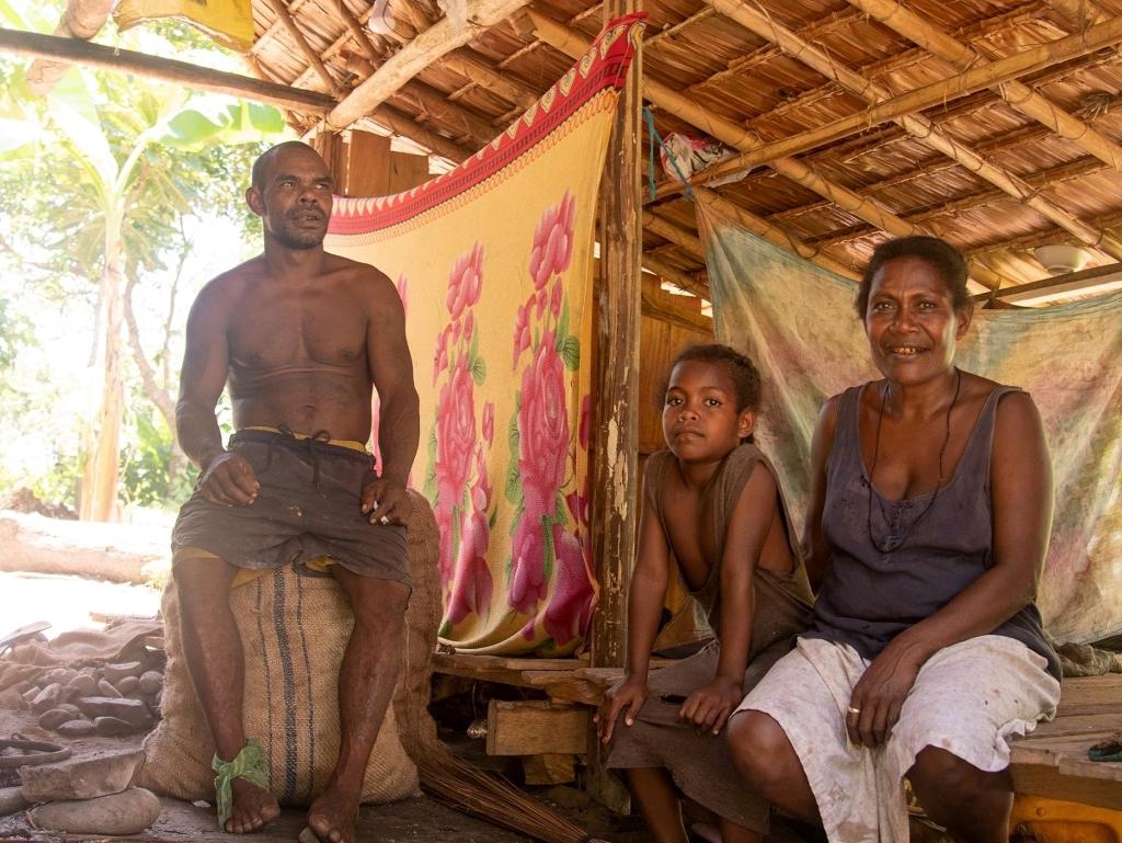 民族色豊かな人々が住むガダルカナル島沖のサボ島へのビレッジツアー