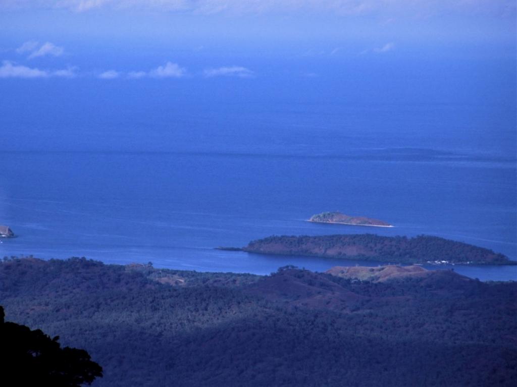 ポートモレスビー郊外のバリラタ国立公園を訪れるツアーです。公園の展望ポイントから眺める海、途中に観光する「ロウナ大滝」など、パプアニューギニアの雄大な自然の景色をお楽しみいただけます