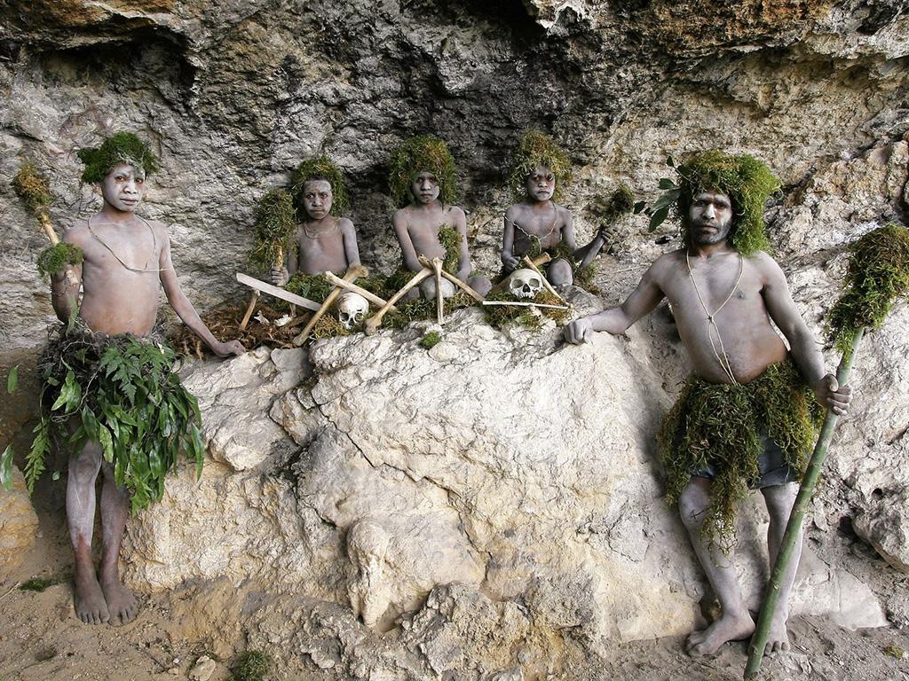 ゴロカ地区から車で1時間半ほどの村付近で、風雨の浸食を受けた奇石群や人骨の残る洞窟などを見学します。地元の野菜を使った郷土料理の昼食付き。ゴロカ盆地からは壮大な景色もご覧いただけます。