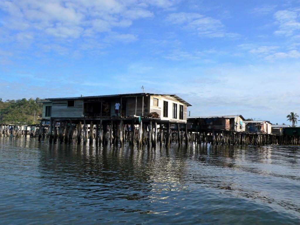 ポートモレスビーの先住民モツ族の村を訪れます、遠浅の水上に建てた家屋の見学など、ユニークな体験をお楽しみいただけます